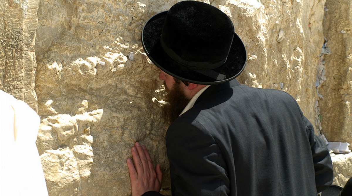 praying-at-western-wall-jerusalem